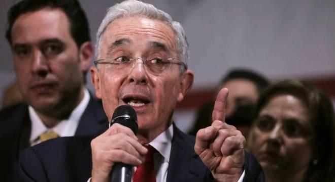 Álvaro Uribe é um político muito popular e polêmico na Colômbia