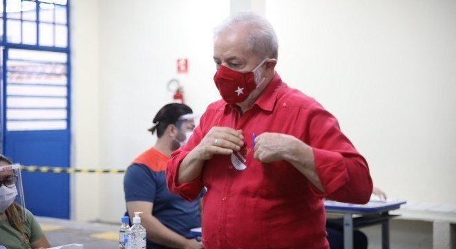 O ex-presidente Lula votou na manhã deste domingo (15)