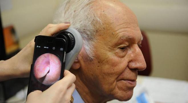 Idoso faz exame convencional para diagnóstico do câncer de pele