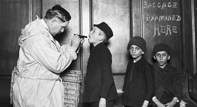 O medo da febre tifoide nos Estados Unidos no início do século passado multiplicou as medidas de controle para os recém-chegados