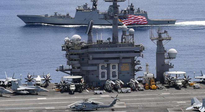 Porta-aviões norte-americano Nimitz faz exercícios com a Marinha indiana