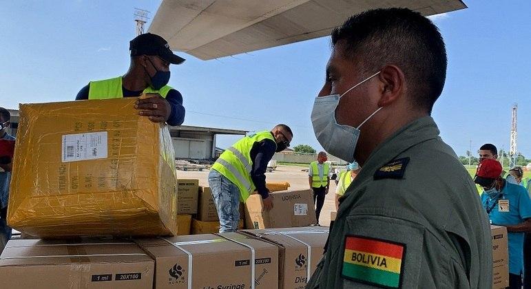 Exército boliviano acompanha doação de suprimentos básicos a Cuba