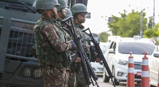 Militares do Exército patrulham ruas de Fortaleza em meio a greve de PMs