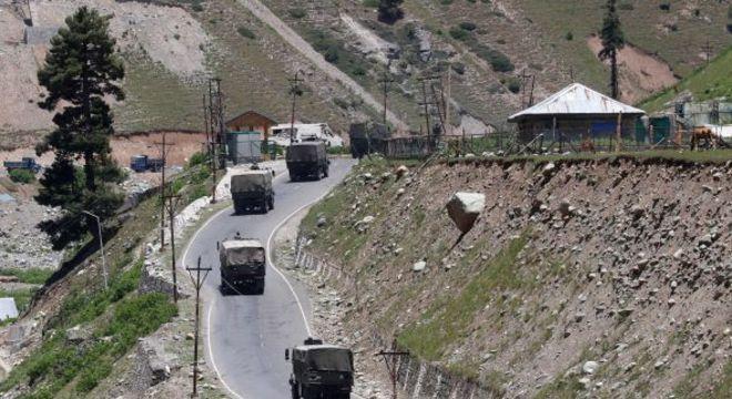 Comboio do Exército indiano se desloca por rodovia nacional