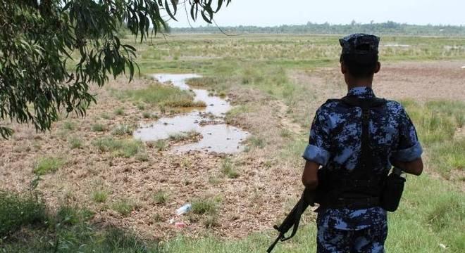 Oficial de Mianmar faz guarda na fronteira com Bangladesh, no estado de Rakhine