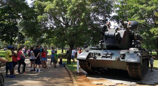 Crianças e adultos olhavam com curiosidade os blindados e equipamentos