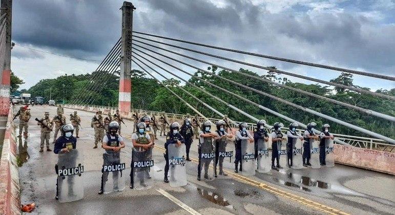 Polícias e soldados do exército peruano fecham a fronteira com o Brasil
