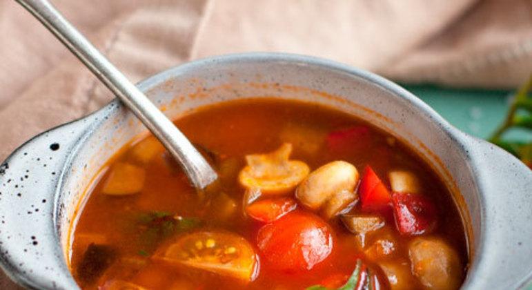 Existem diversos tipos de sopas no mundo, entre elas sopa de cebola, canja de galinha, minestrone etc. Para quem está com dores intestinais, as opções para se compor uma saborosa sopa são mais restritas, pois se leva em consideração a quantidade de gordura e os nutrientes buscados nos alimentos integrantes.