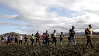 __Venezuelanos cruzam a fronteira com o Brasil. Veja as imagens__ (Reprodução)