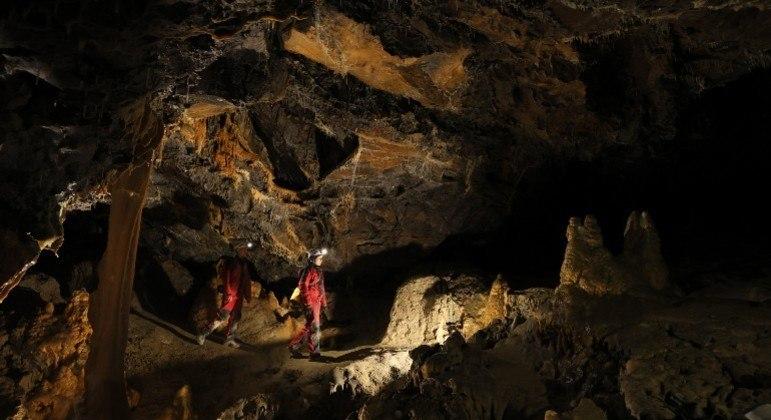 Pesquisador confinou 40 pessoas em uma gruta para testar capacidade de adaptação