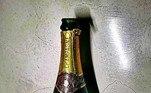 Lá ele encontrou, por exemplo, essa garrafa de champanhe, com o bilhete: