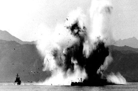Explosão de um caça-minas da República da Coreia