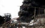 Para evitar que o fogo pudesse se espalhar para um tanque com produtos químicos,as autoridades impuseram um perímetro de segurança de 10 quilômetros no local eesvaziaram as casas localizadas a até 500 metros da fábrica