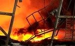 Bombeiros combateram ao longo do dia vários focos de incêndiocausados pela explosão, que teve início por volta das 3h (horário local, 17hde domingo em Brasília)
