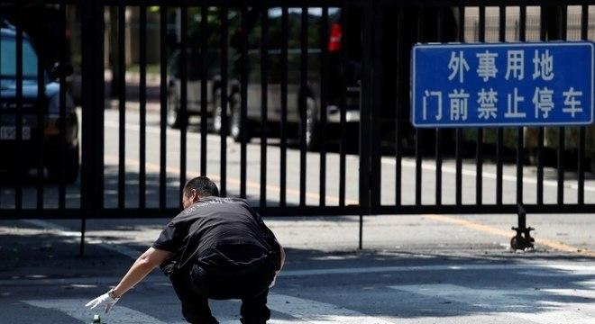 Agente de segurança perto da embaixada dos EUA em Pequim