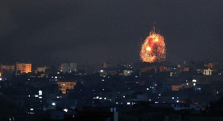 Explosão é vista durante a noite em Beit Lahia, na Faixa de Gaza