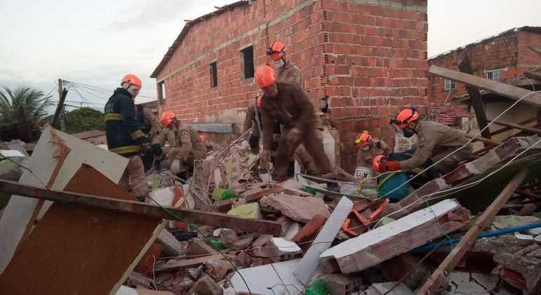 Bombeiros trabalharam durante a madrugada em busca de vítimas nos escombros