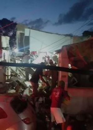 Populares ajudam bombeiros no trabalho em meio aos destroços da explosão