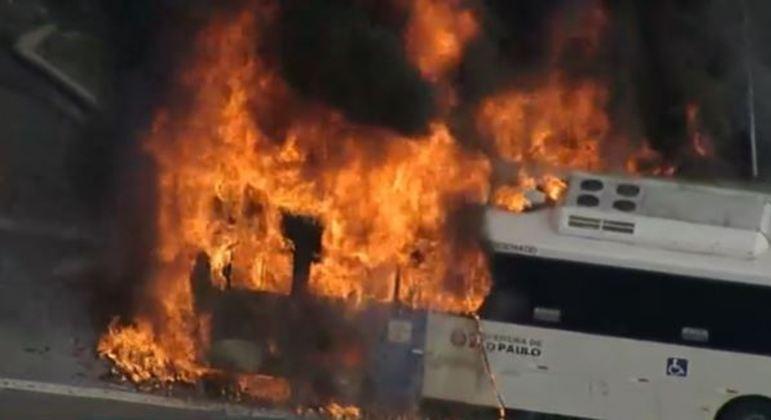 Veículo pega fogo na avenida Pacaembu, na zona oeste de São Paulo