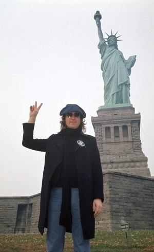 Lennon pede 'paz e amor'