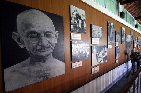 Exposição com fotos históricas de Gandhi na Índia