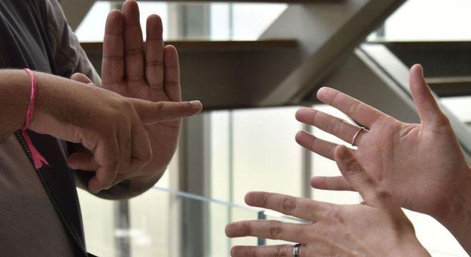 Estudantes aprendem Libras para se comunicar com colega surda