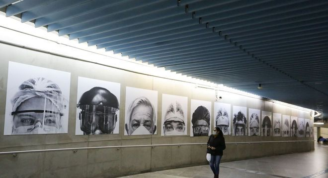 Exposição ''Olha pra Mim'', do fotógrafo Thiago Santos, reúne 15 fotos na estação Clínicas