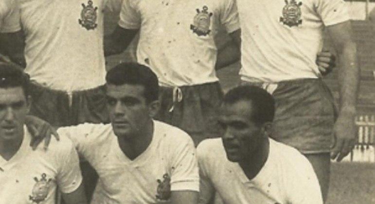 Extremamente veloz e inteligente dentro de campo, Simão jogou pelo Corinthians na década de 1950 e também atuou pela Seleção Brasileira, sendo campeão sul-americano de 1949.