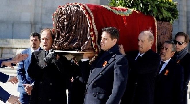 Caixão com corpo de ditador Franciso Franco já foi extraído