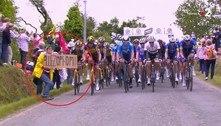 Espectadora que causou grave acidente no Tour de France é presa