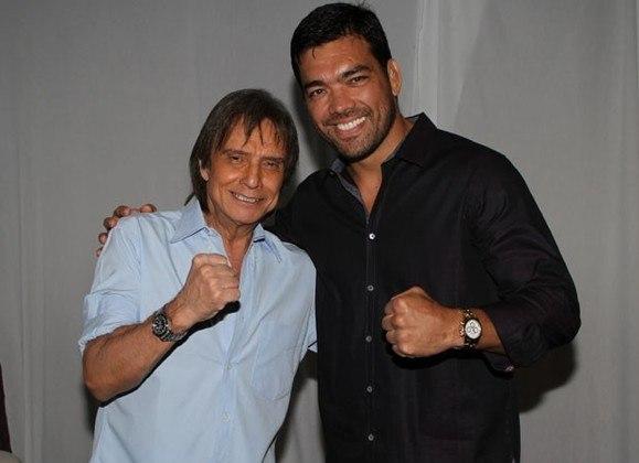 Fã de MMA, Roberto Carlos recebeu um par de luvas de presente de LYOTO MACHIDA. Os dois posteriormente se encontraram em um show do artista em Los Angeles.