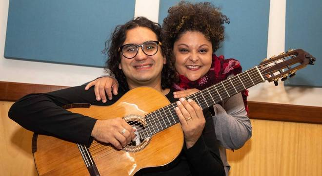 Fabiana Cozza e Alessandro Penezzi fazem versões acústicas de Dona Ivone