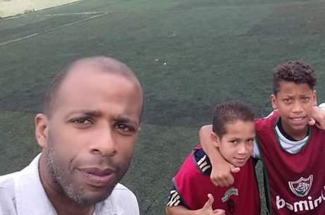 Fabiano Alaor com meninos no campinho de futebol