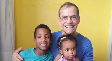 Na imagem, senador Fabiano Contarato e filhos