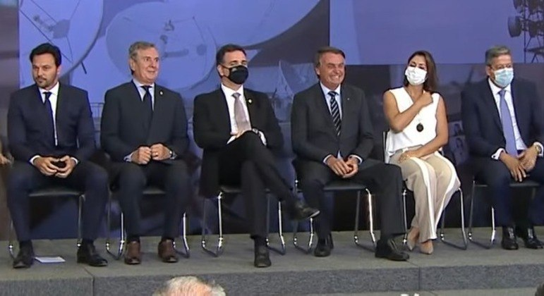 Fábio Faria, Fernando Collor, Rodrigo Pacheco, Jair Bolsonaro, Michelle Bolsonaro e Arthur Lira em cerimônia no Planalto