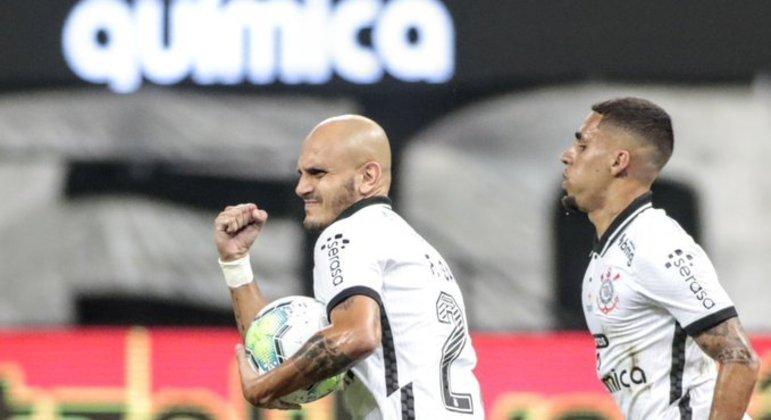 Fábio Santos marcou gol de pênalti. E lutou muito. Experiência importantíssima na vitória