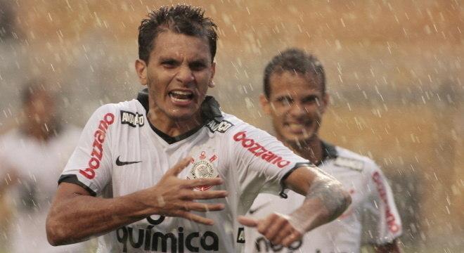 Fabio Santos jogou no Corinthians de 2011 até 2015