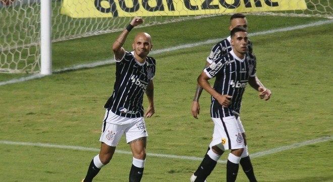 Fábio Santos comemora gol que deu a vitória ao Corinthians