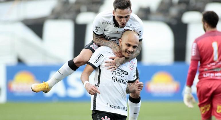 Fábio Santos fez o gol que abriu caminho para a vitória do Corinthians