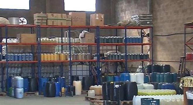 Mil litros de álcool gel já estavam prontos para serem embalados para venda