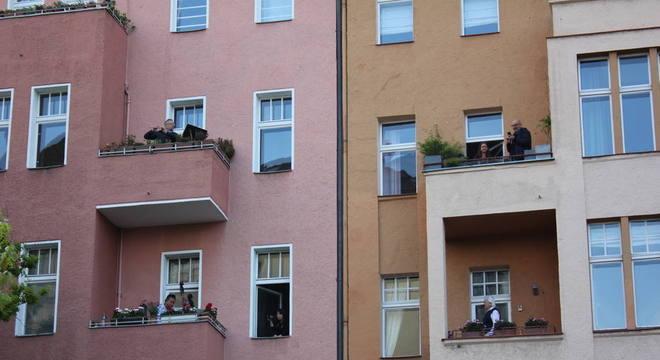 Fachada do edifício em Berlim, onde os músicos se apresentam aos domingos