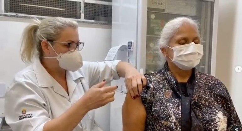 Fafa de Belém recebe a primeira dose da vacina contra covid