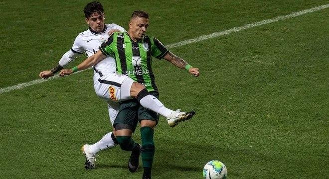 Fagner marcou de pênalti, evitou um gol, mas Corinthians acabou eliminado