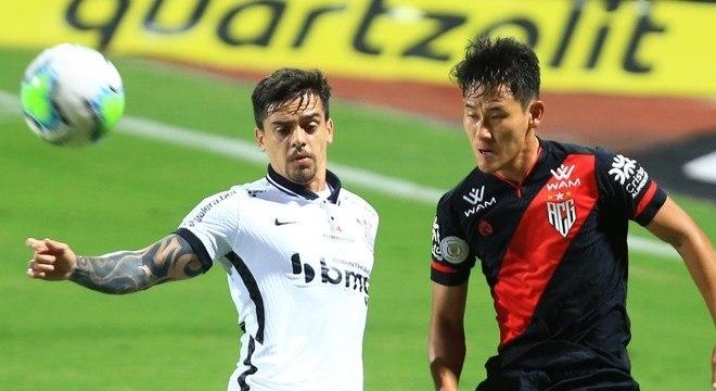 Fágner, do Corinthians, divide bola com Chico, do Atlético-GO