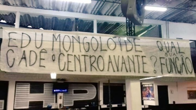 Faixa de corintianos chama o diretor-adjunto de futebol, Eduardo Ferreira, de 'mongolóide' (15/08/16)