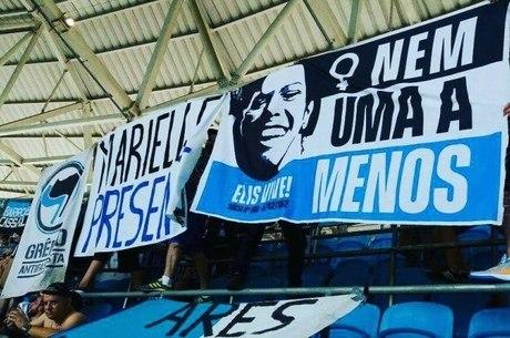 Torcida Tribuna 77 também teve de retirar faixa na Arena do Grêmio