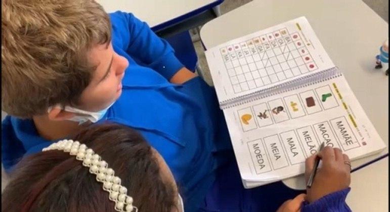 Criança é alfabetizada a partir do som das palavras e associação com imagem