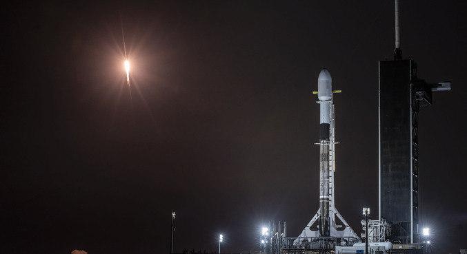 O foguete Falcon ( foi o responsável por levar os satélites ao espaço