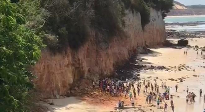Vídeo mostra banhistas tentando socorrer as vítimas