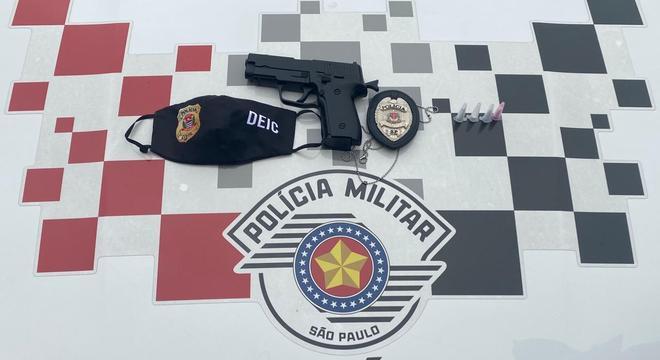 Com o suspeito, havia um distintivo falso da Polícia Civil e uma arma de brinquedo
